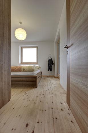 Pinus C Schlafzimmer Larix Dielen In Larche Und Zirbe Sudtirol Holzboden Holzdielen Landhausdiele Parkett Riemenboden Rustikal